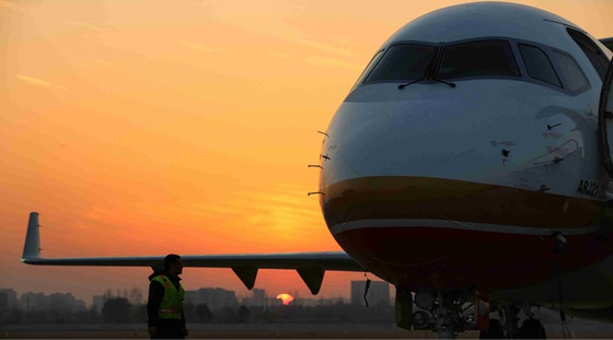 ARJ21飞机109架机在上海完成首飞   2017年12月22日,ARJ21-700飞机109架机在上海大场机场完成首飞,这也是今年第四架完成首飞的ARJ21飞机。同日,ARJ21飞机108架机完成两次交付试飞任务。   109架机于下午13点38分起飞,历时3小时2分钟,于16点40分安全降落上海大场机场,完成一架次生产试飞任务,检验了109架机各系统性能。   108架机于8点36分在大场机场起飞,历时2小时54分钟,于11点30分安全降落南通机场。13点29分,108架机从南通机场起飞,历时1小